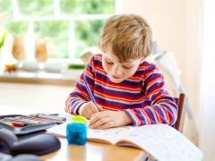 国小儿写数学作业出卖爸 惊曝「有7小老婆」他崩溃