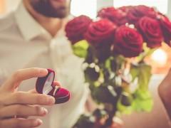 男子带乐团到楼下求婚 竟目击女友「窗前吞吐」激战ING